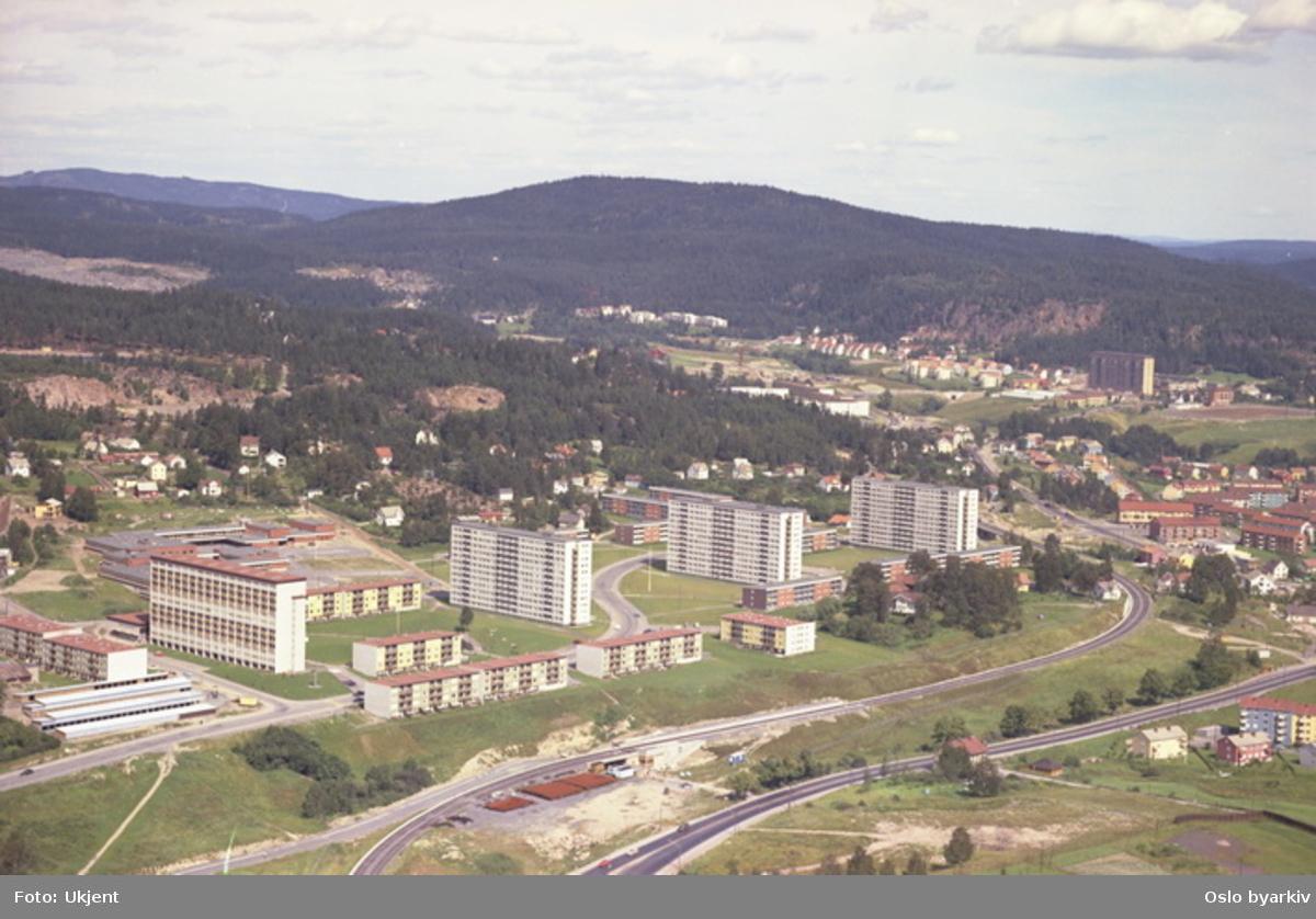 Trondheimsveien og T-banesporet til Grorudbanen i front. Høyblokkene på Rødtvet med Rødtvetveien mellom blokkene. (Flyfoto)