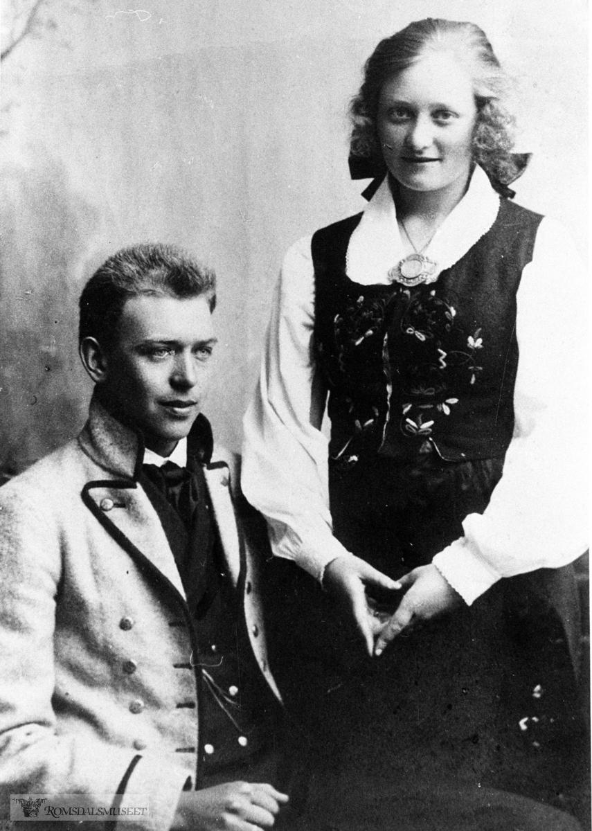 """""""Bunader"""" komponerte 1925, Røsok + Rekdal. Kristian Røsok og Bjarne Rekdal fekk sydd seg kvar sin """"Romsdalsbunad"""" til 17 mai 1925. Skreddar: Dagen i Molde """"bunadane"""" er rekonstruerte etter opplysningar gitt av Konrad Nerheim og Torstein Skeidsvoo, men desse var ikkje samde om farene: Nerheim ville ha mørke grå jakke medan Skeidsvoll meinte lyse-grå. Dei har blå brok og einsfarga, grå vest. Ikkje broderi på skjorten. Skorne vart sydde hos Hjelvik og Vikås i Kirkebakken. Gullsmed Hagen leverte sølvspennene. Det var sølvknappar i både vest og jakke. Røsok har """"støypte"""" Strømper i blått og kvitt."""