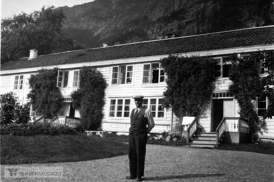 Harald Gimnes (1869-1962) eier av Aak..Den store hvite bygningen som senere er revet, var i mange år Landmarks Hotel Aag. Det ble senere kjøpt til landsted av den rike engelske familien Wills, kjent for tobakksfabrikken som laget Navy Cut. De hadde blant andre dronning Victoria som gjest i denne bygningen.