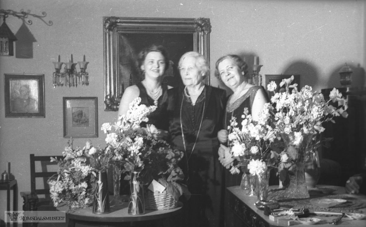 (Filmbeholder 33305. Mai 1947 ?) .Sæbjørn Sæbjørnsen sin 65 årsdag..Anna Gregersen f.Sæbjørnsen er søster til Sæbjørn Sæbjørnsen.