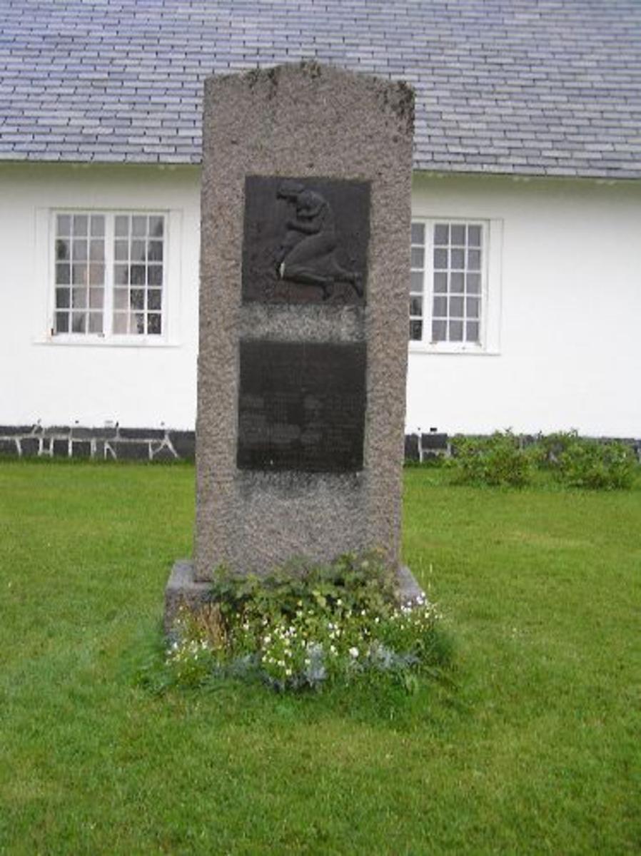 Reist av bygdefolket 14-8-1955  Kjøreanvisning: Bautaen står ved Bjerkvik kirke som er godt synlig fra E6 gjennom hele Bjerkvik.