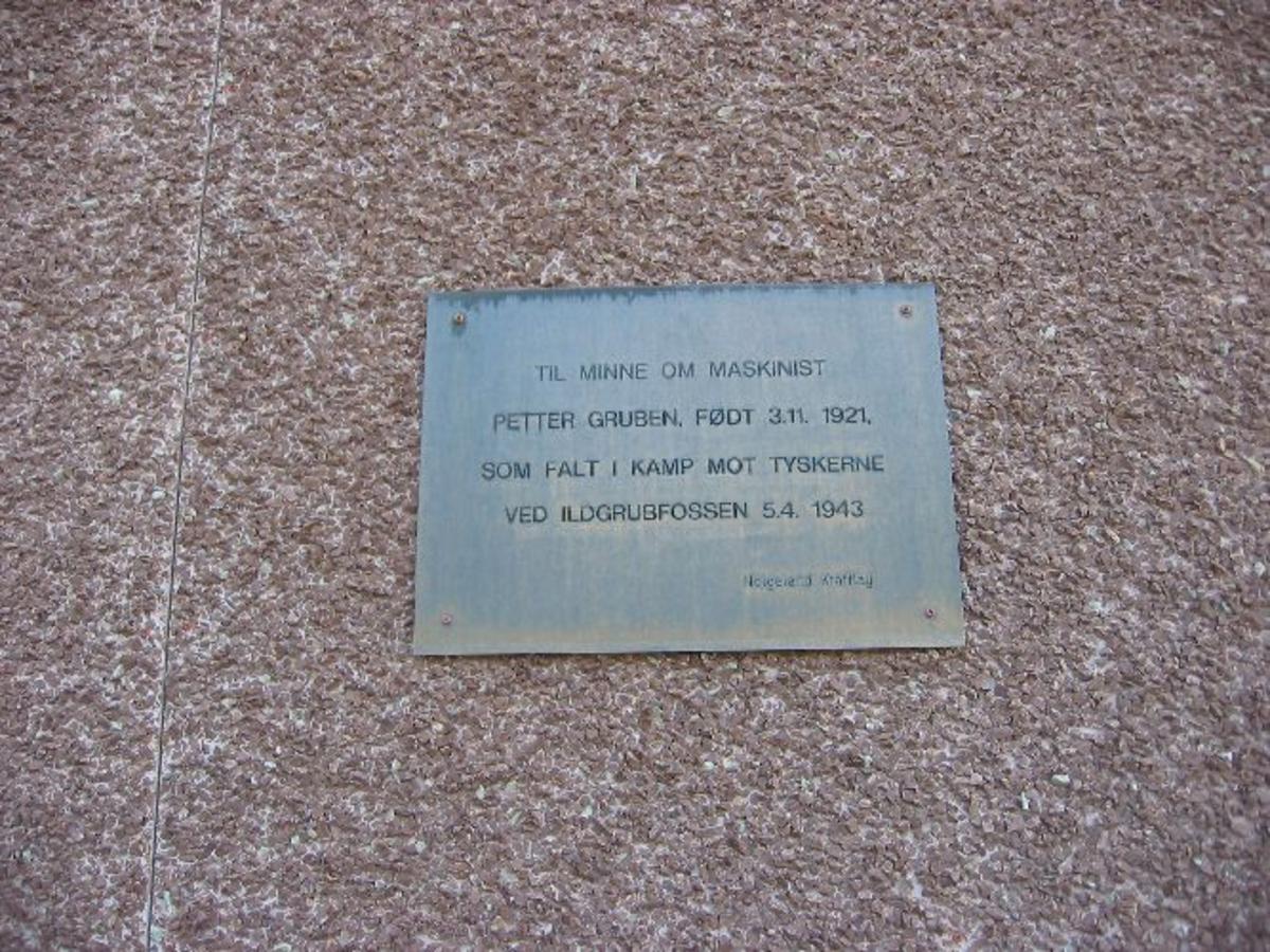 Minneplate festet på veggen av kraftstasjonen.