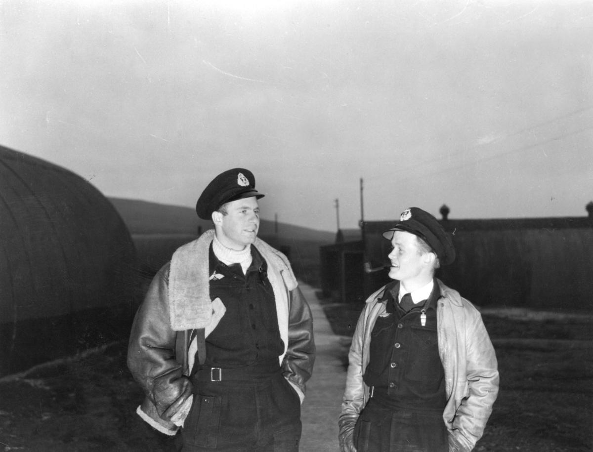 Fra 330 skvadronens avdeling på Shetland. Til venstre løytnant Skabo, (navigatør) og fenrik Buer, (flyver).