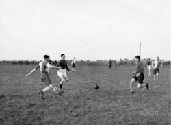 Mannskap fra 132 (N) Wing under en fotballkamp i Bagnor Regi