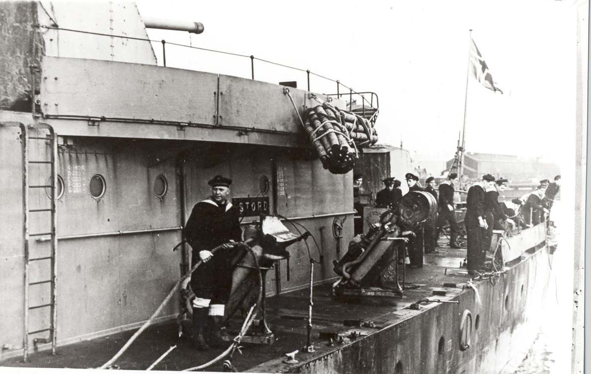 """Motiv: Jageren STORD. Babord akterskip - Værskader etter kampene med """"Scharnhorst"""" Løper inn i Scapa Flow"""
