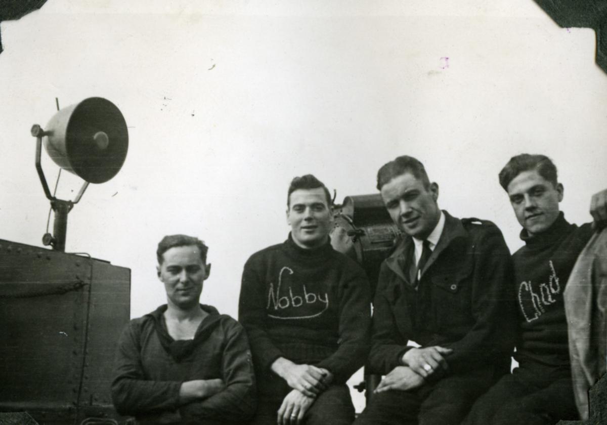 """Album Glaisdale H.Nor.M.S. """"Glaisdale"""". Fotograf: J.H.Anderson. To Britiske og to Norske seilere."""