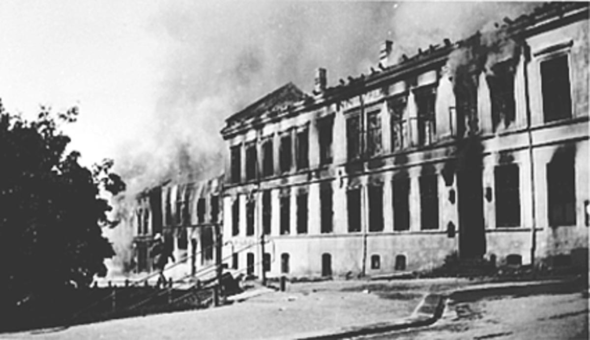 STORBRANNEN PÅ ØSTRE TORG 1935, FASADEN MOT HÅKONSGATE SETT FRA GRØNNEGATA MOT MJØSA