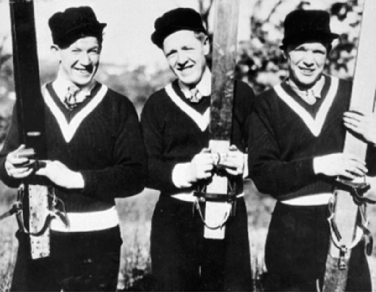 """GRUPPE HOPPERE, BIRGER RUUD, KAARE WALBERG, SIMUND RUUD, HOPPSKIPå oppvisning før O. L. Chicago, USA, """"Carrybakken""""Kaare Walberg vant rennet. Oppvisningsrenn"""