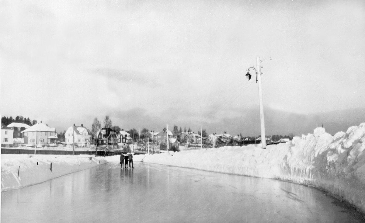 SKØYTEBANEN, HAMAR STADION, HØYE SNØPLOGKANTERSe Idrett i Hamar gjennom 100 år bilde nr. 198