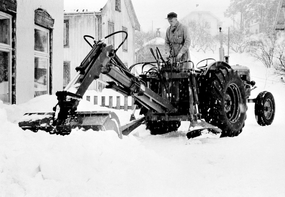 """Hymas snøskuffe på en """"Bolinder Munktell"""" traktor utenfor fabrikken. Laget av Brumunddal Mekaniske verksted og støperi. Hymas A/S."""