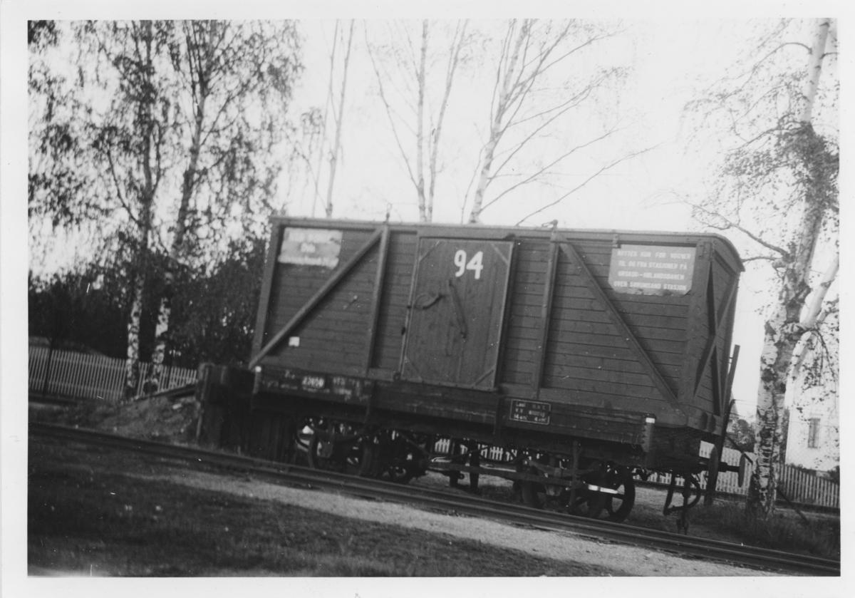 Lukket løftekasse lastet på normalsporet N-vogn .