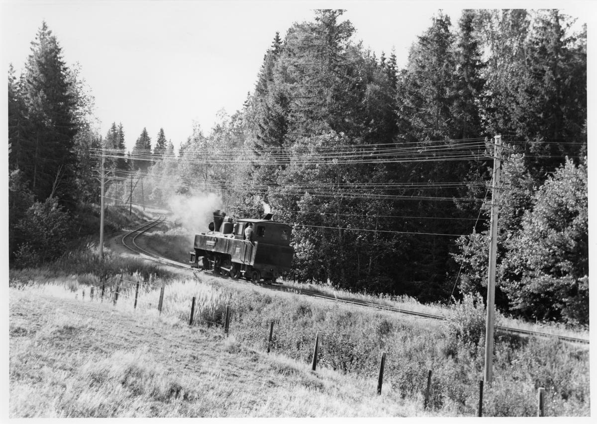 Lok 4 Setskogen på vei ned Harkerudbakken for å hente vogner som måtte settes igjen pga for høy togvekt i stigningen, etter at toget hadde stanset for å ta med Svend Jørgensen og Mogens Bruun.
