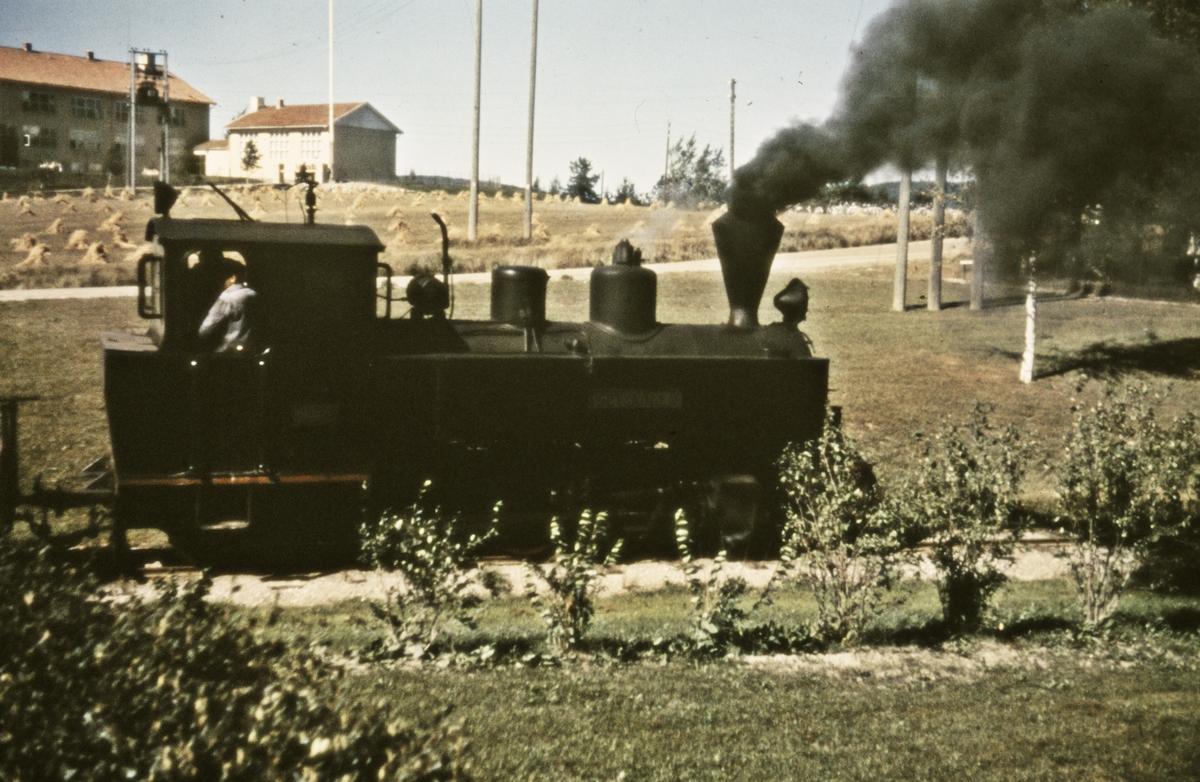 Skifting på Løken stasjon. Tog 2058 til Sørumsand.