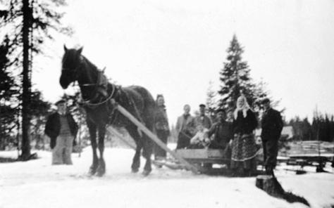 HESTEN SVARTEN MED SLEDE FULL AV FOLK, GJESTESKYSS I PÅSKEN 1938, MATTISRUD, VINTER