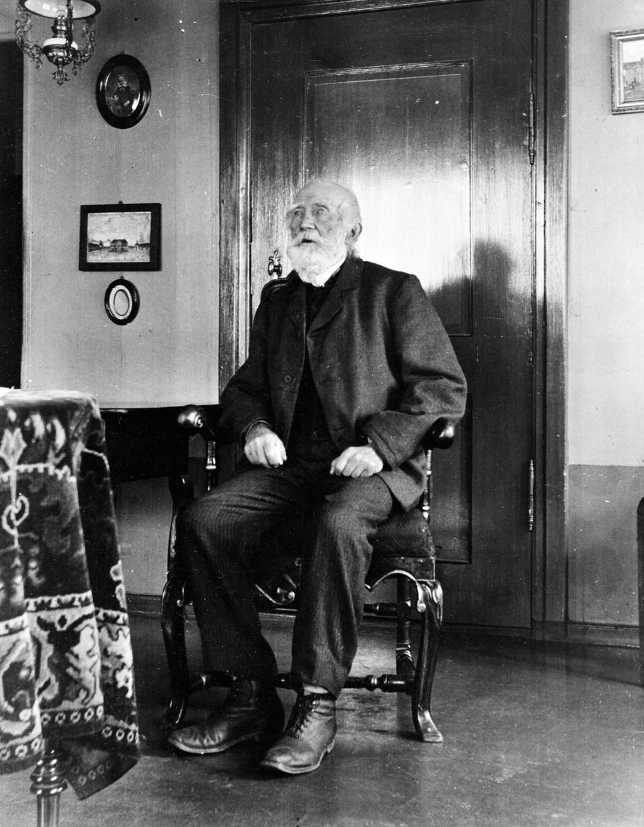 PORTRETT: KRISTEN GRIMERUD ( født 28/6-1822, død 18/3-1910. ) SITTENDE I STOL, INTERIØR: STUE, OTTESTAD.