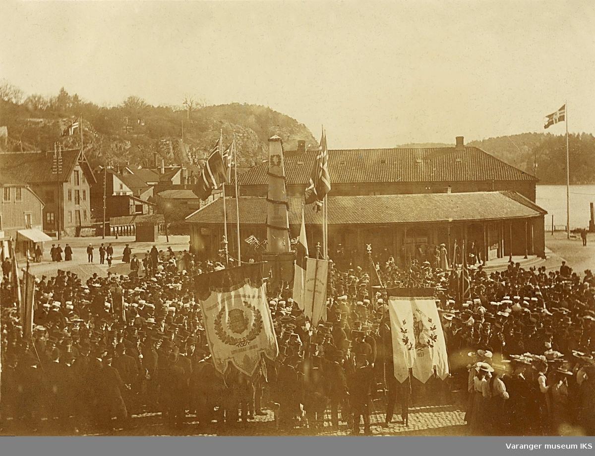 17. mai i Fredrikshald sentrum med faner og opptok 1905