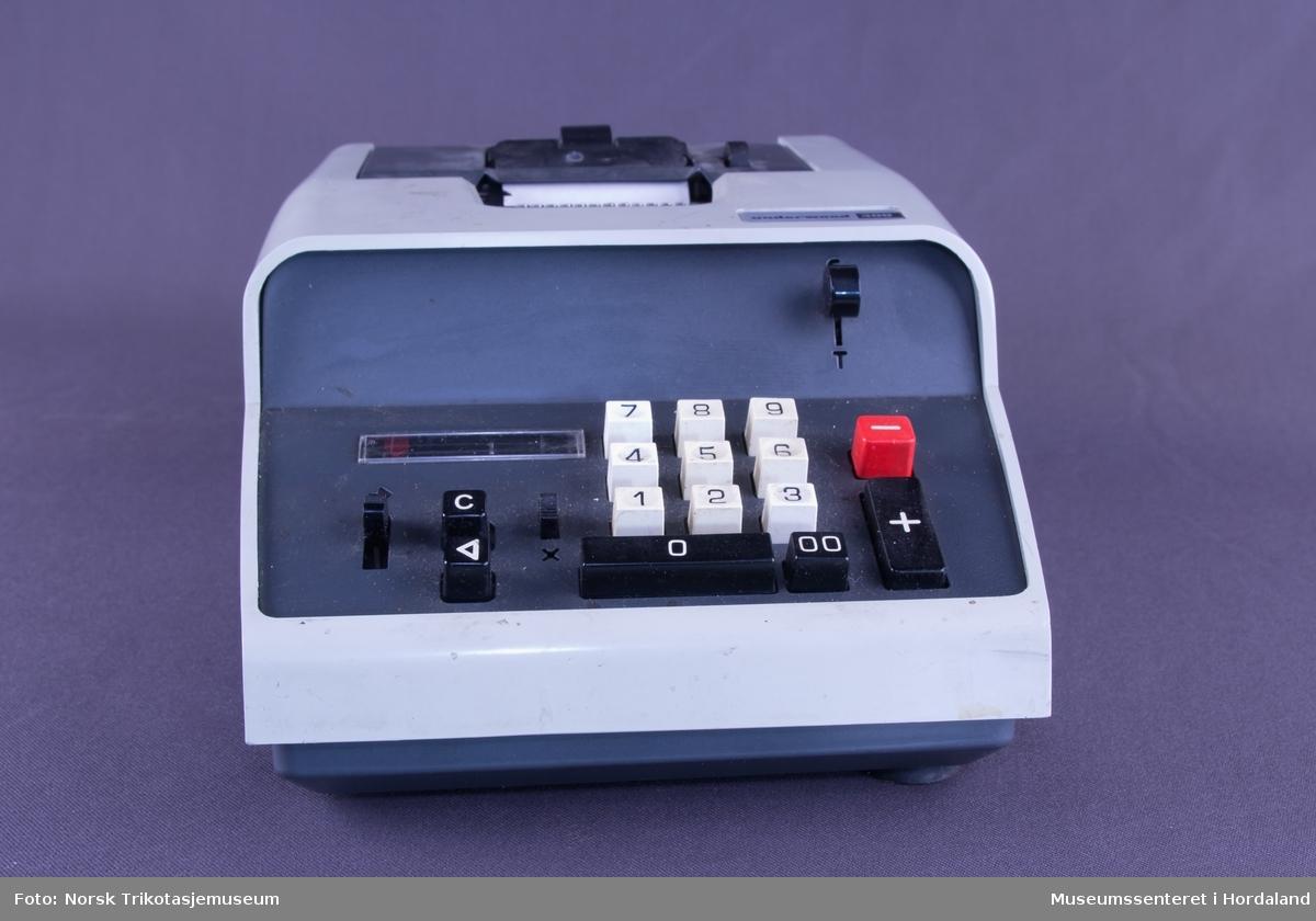 Elektrisk reknemaskin med addisjon og subtraksjon.