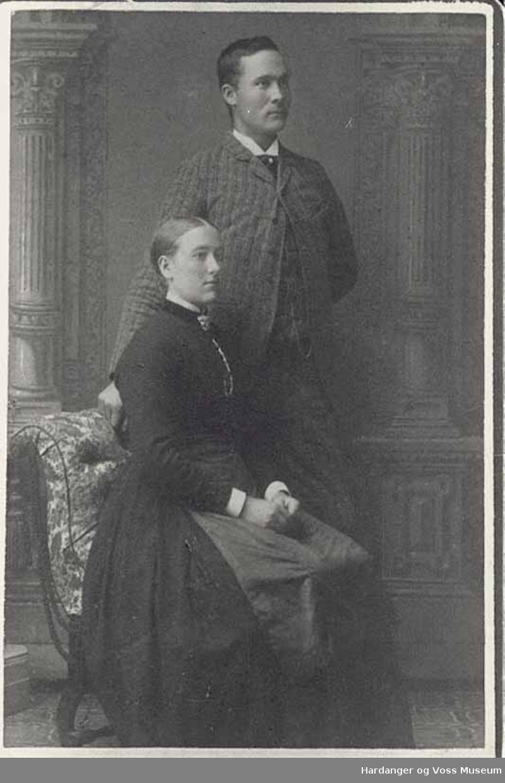 Gruppe, visittkort, kvinne, mann, stol. Lars J. Lægreid og Anna T. Lægreid