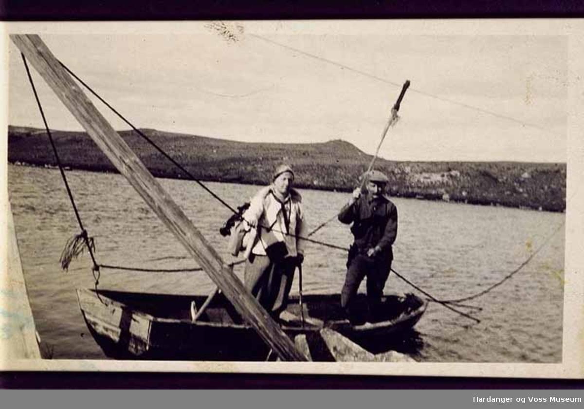 Gruppe, menn, båt, vatn, fjell, tau, på fjellet. Trekkbåten over Snero