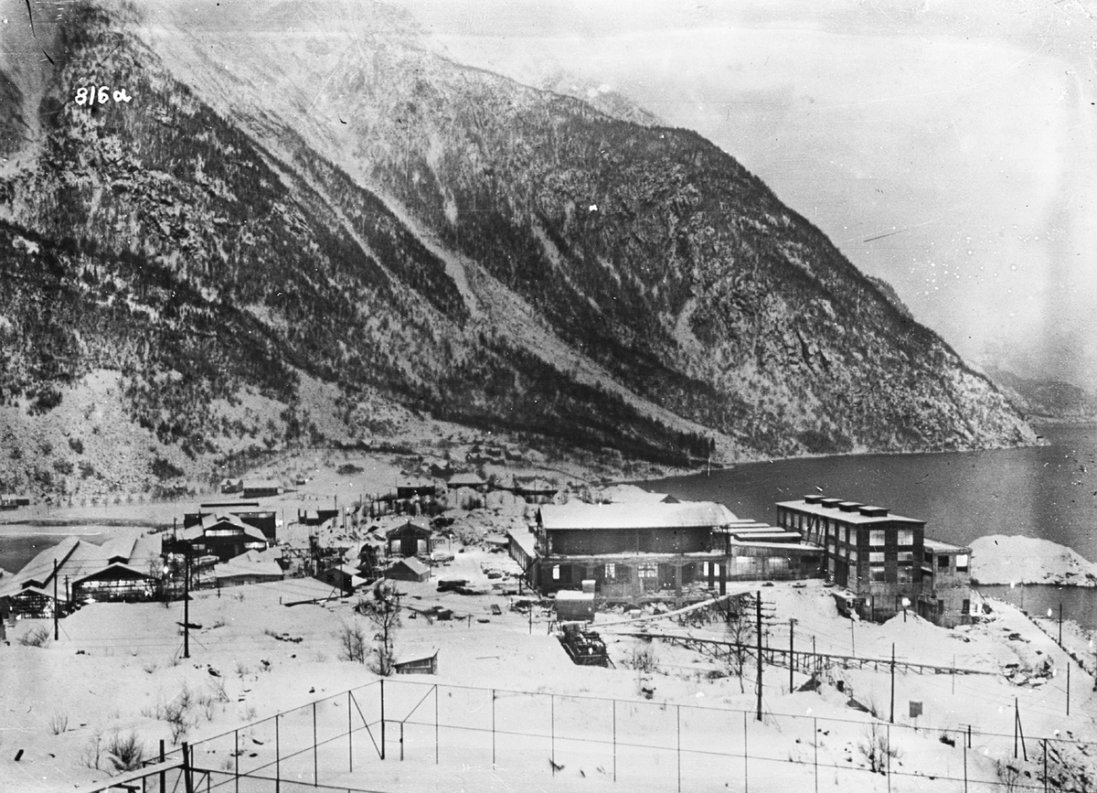 Norzink, oversiktsbilete Eitrheimsneset, tennisbane i forgrunn, vinter