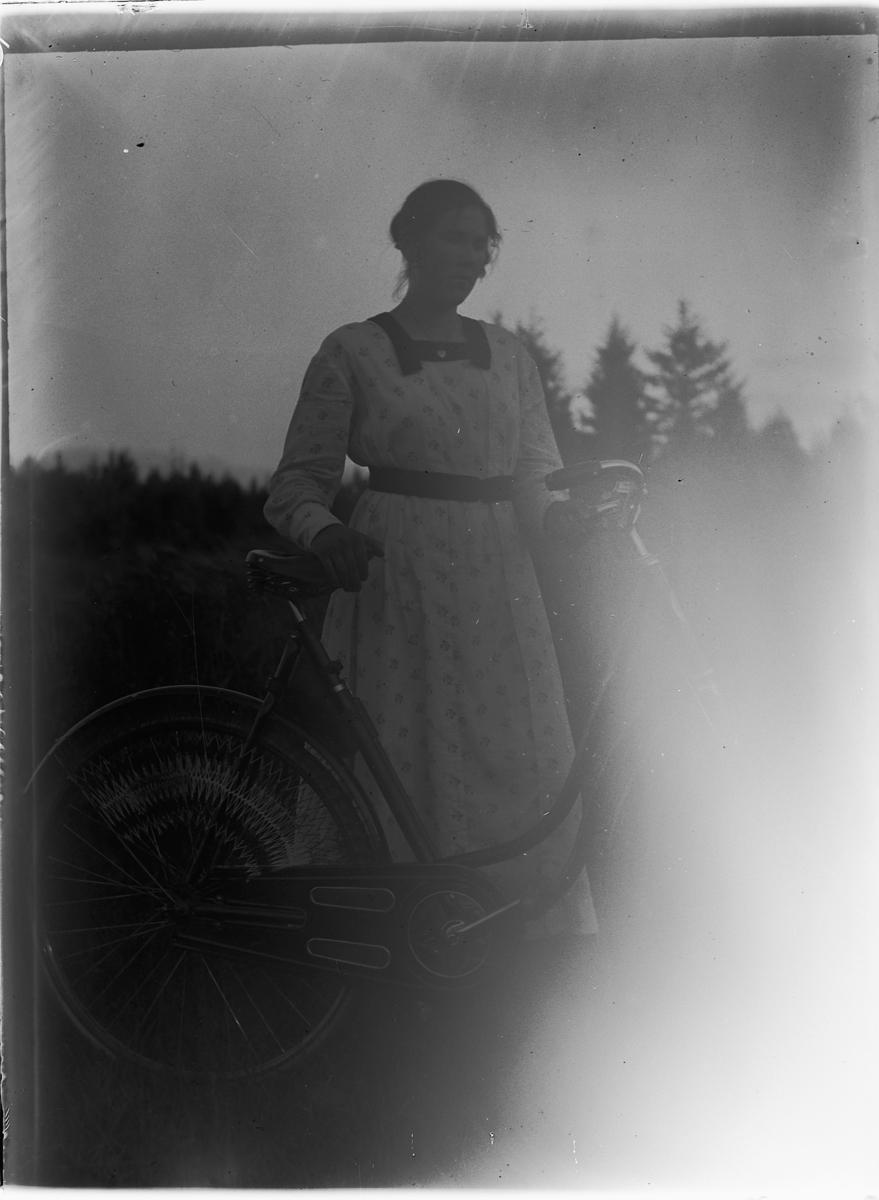 Ukjent kvinne med sykkel.