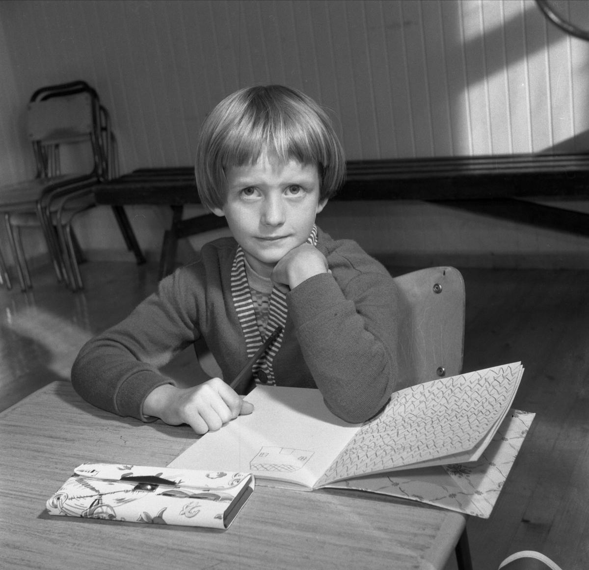 LUND SKOLE, ELEVER I FØRSTEKLASSE 28-8-1961. BERIT BRONKEBAKKEN. SRIVEBOK, PENAL. SE BOKA PÅ ET HUNDREDELS SEKUND, LØTEN OG OMEGN 1957-1964 I ORD OG BILDERAV HELGE REISTAD S. 163.