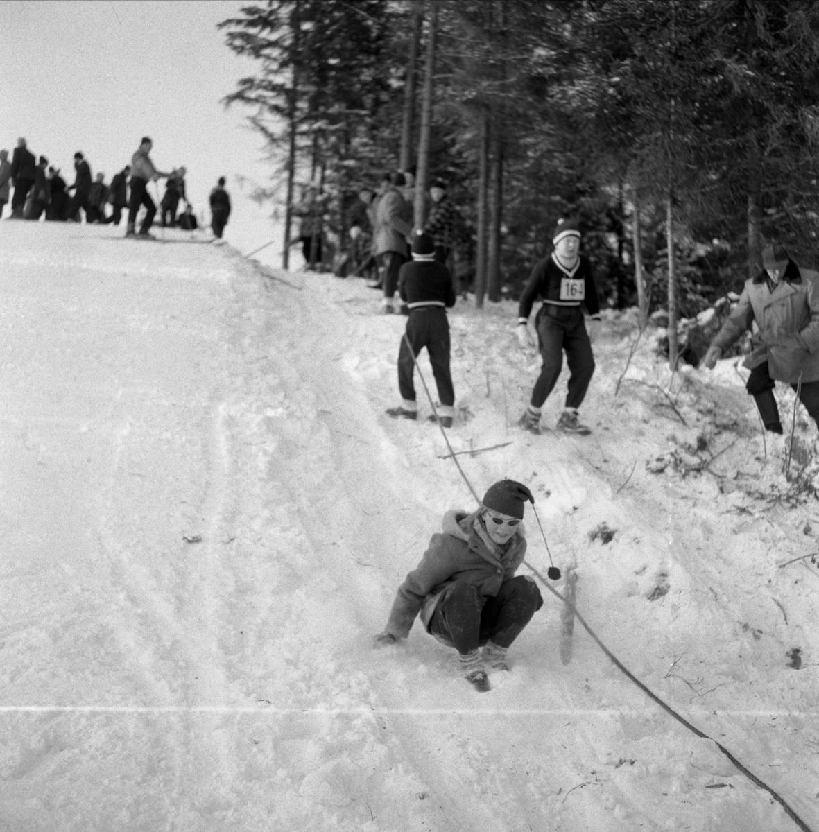 """Hopprenn i Revhibakken, """"Revhiet"""", Skøienbakken, unnarennet. Hoppbakke, skirenn, skihopper.  Se artikkel i Lautin 2011 av Arne Gunnar Barflo """"Hoppbakker i Løten"""""""