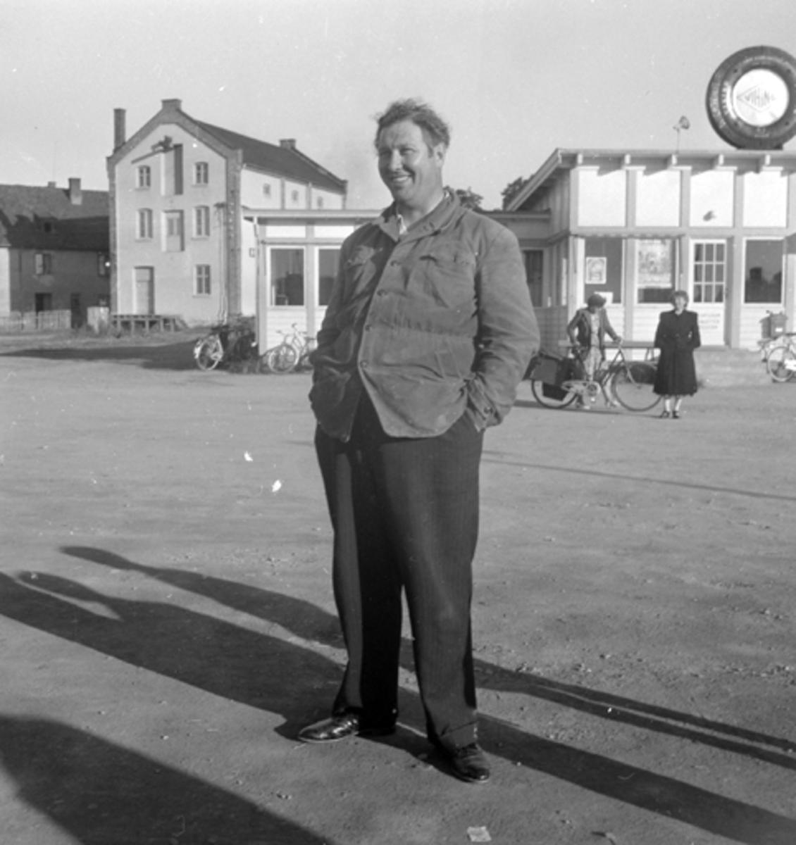 Arne Otto Lorang Andersen, bedre kjent som cirkusdirektør Arnardo. Hamar brygge,