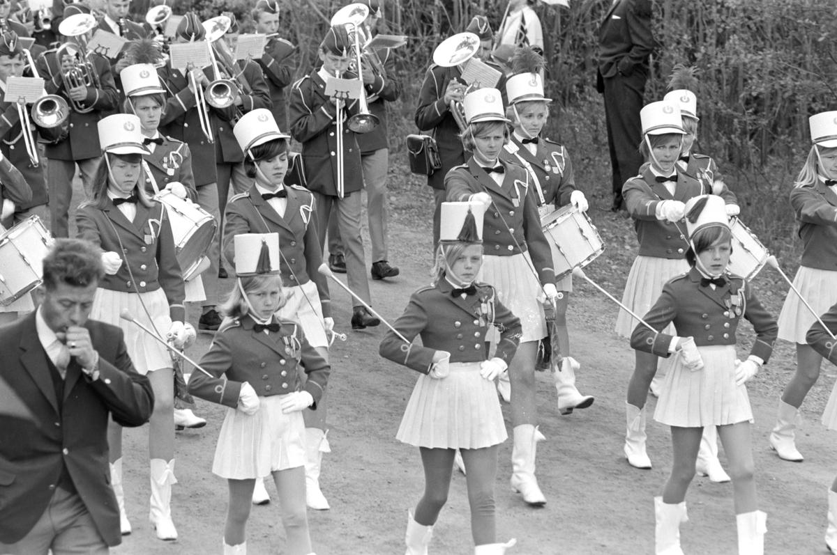 17. mai i Brumunddal 1968. Skoletoget. Brumunddal jente og Guttemusikkorps. Drilljenter.