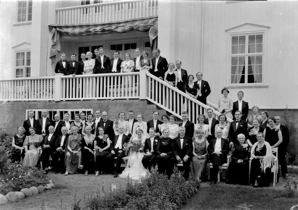 SCHEI, DOKKA, BR. PAR, STOR GR. GJESTER, INTR. KIRKE,  Bryluppsgjester og brudeparet Ingrid (Ingse) Schee(?) fra Dokka og Olav Schei fra Førde
