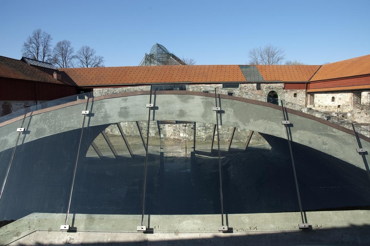 Hamarkaupangen. Vernebygget over ruinen av rådstua Bygget er tegnet av Sverre Fehn, åpnet 2005. Hamar i mid. S. 84