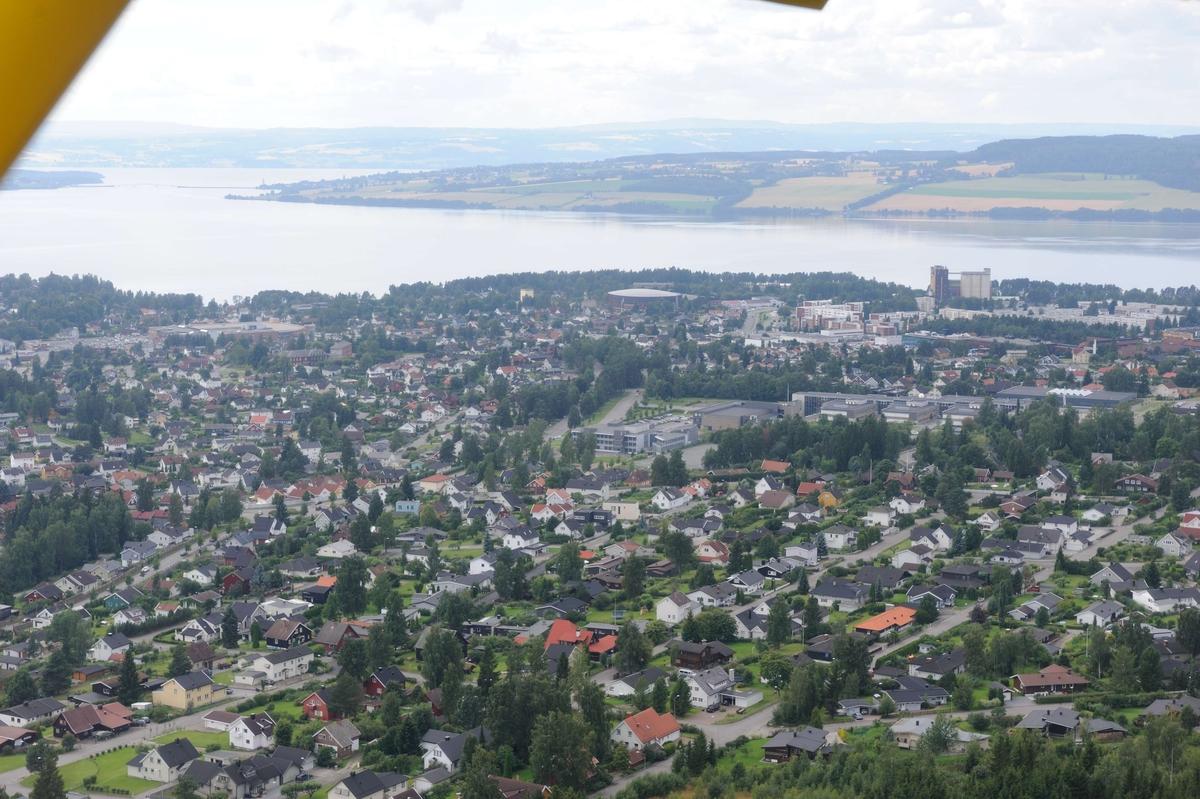 Instrumentpanel småfly. Flyfoto. Luftfoto utført i forbindelse med Vangsboka. Gårder i Vang, samt noe Hamar by fra lufta.