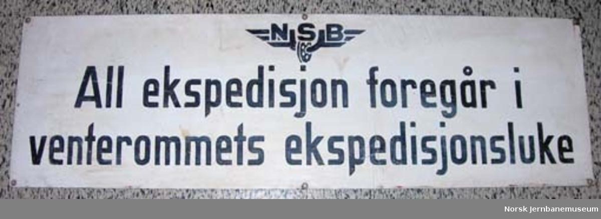 """Skilt fra Nittedal stasjon: """"All ekspedisjon foregår i venterommets ekspedisjonsluke"""""""