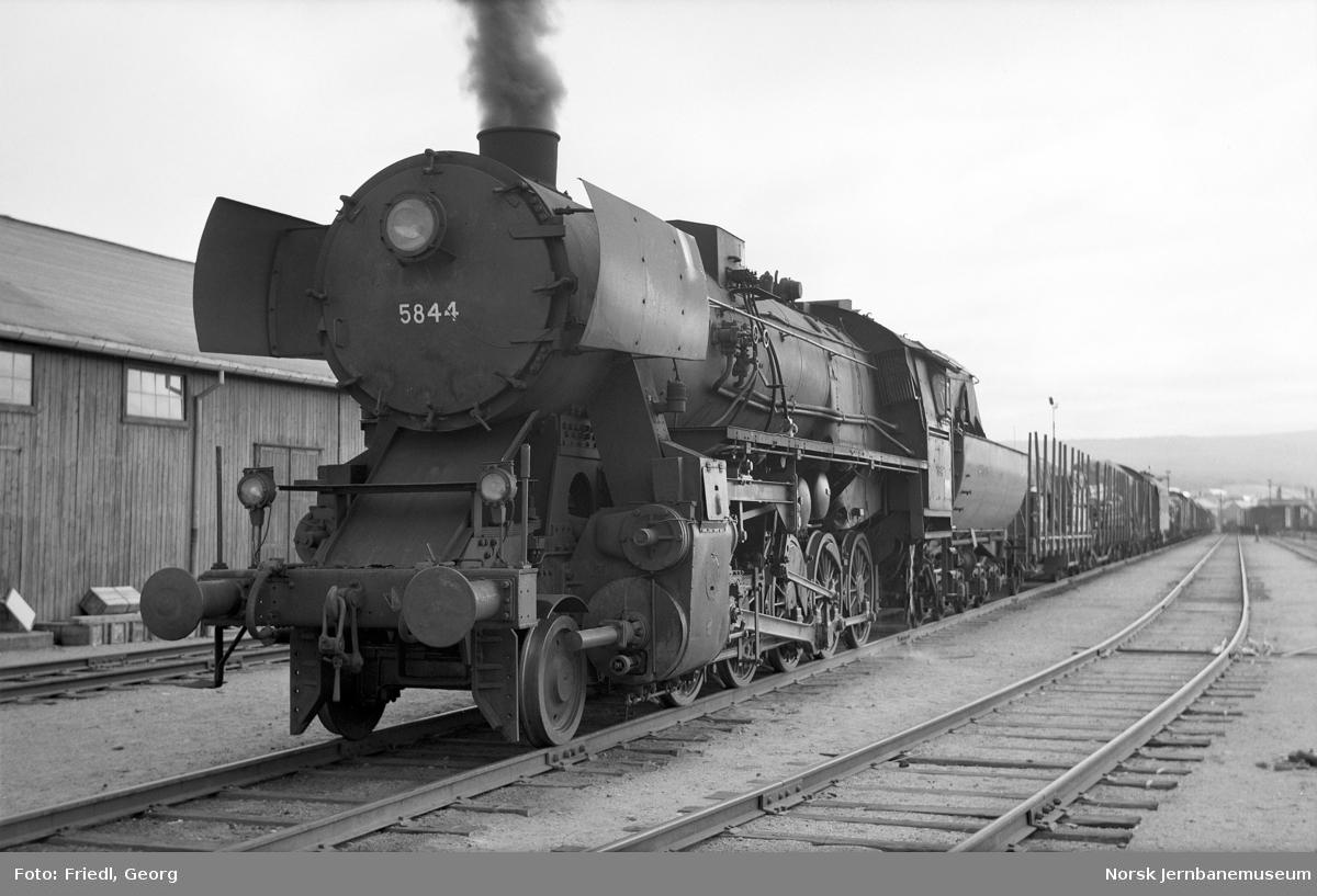 Damplokomotiv type 63a nr. 5844 med nordgående godstog på Røros stasjon