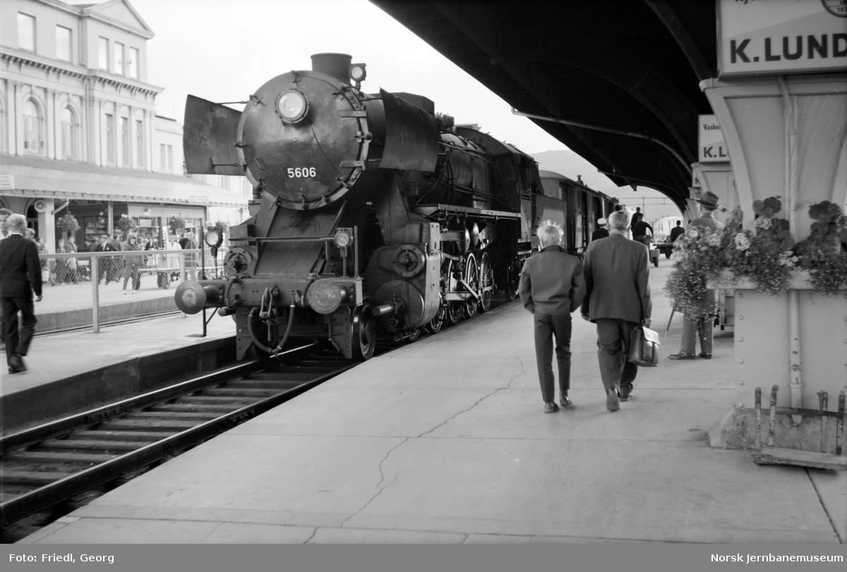 Damplokomotiv type 63a nr. 5606 på Trondheim stasjon med Rørosbanens dagtog 301