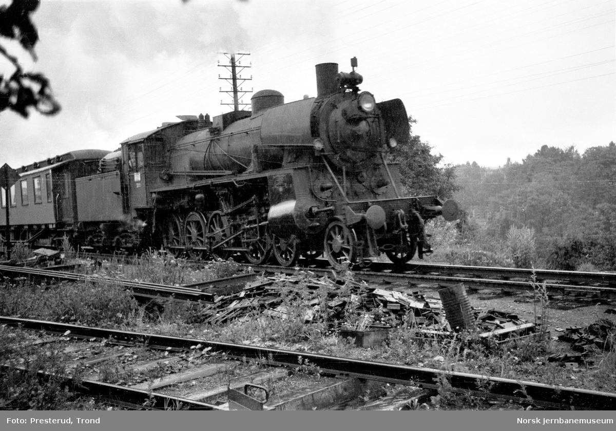 Damplokomotiv type 26c nr. 399 med dagtoget til Oslo ved Marienlyst