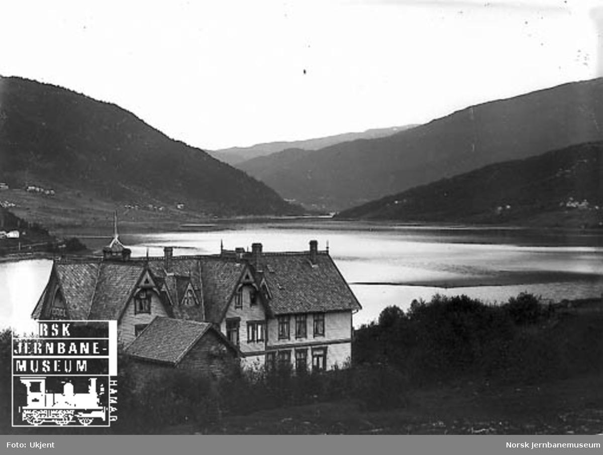 Liland Hotell med utsikt mot Vangsvatnet