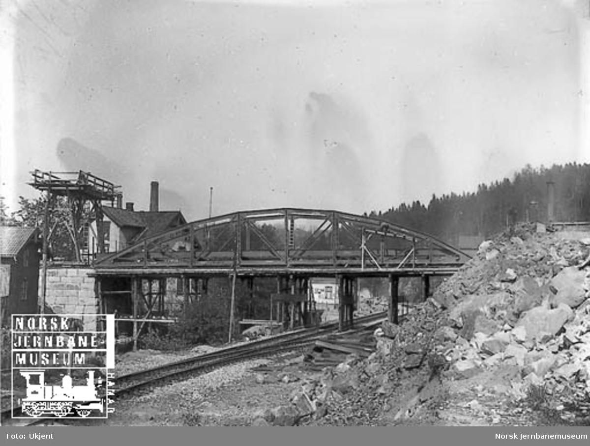 Bru for Østensjøveien med Bryn stasjon i bakgrunnen