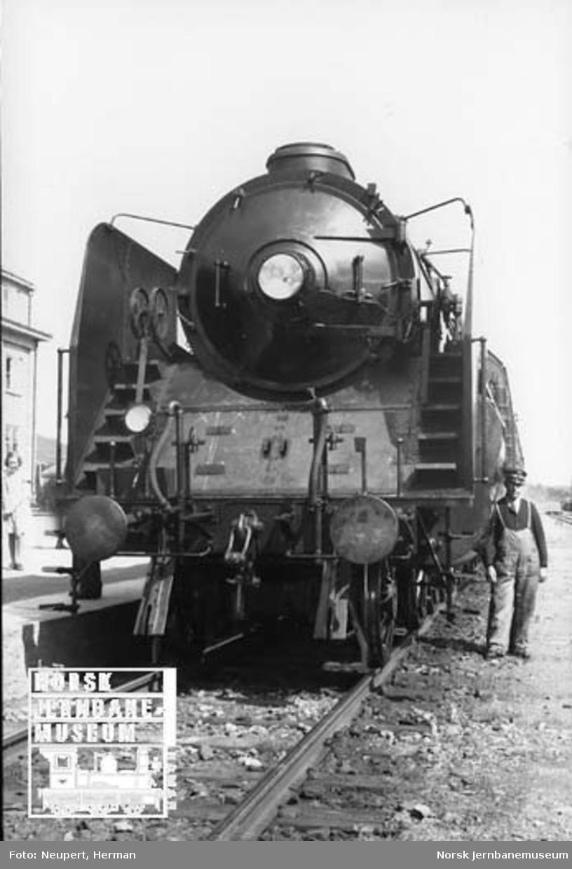 "Damplokomotiv type 49a nr. 463 ""Dovregubben"" fotografert forfra"