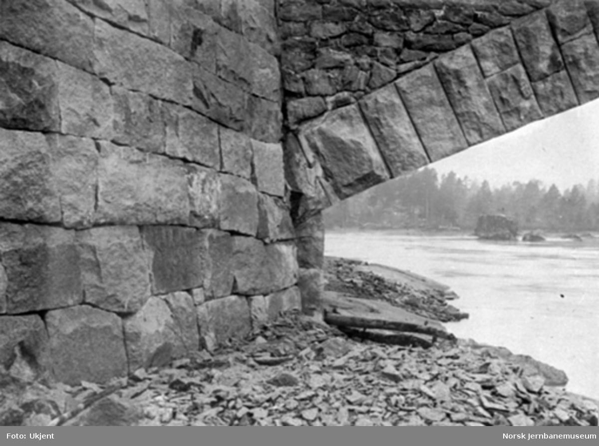 Byggingen av Høgefoss bru, detaljbilde av muringen