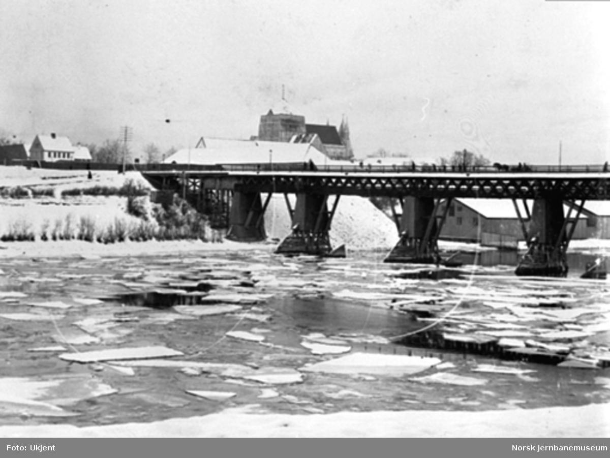 Bru over Nidelva ved Elgeseter (Kongsgaardbroen)
