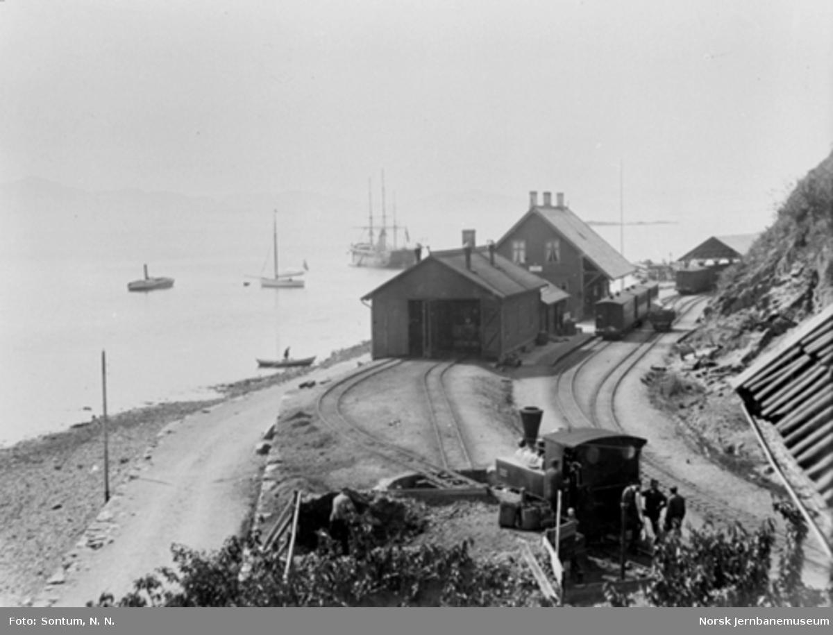 """Osøren stasjon med et damplokomotivet """"Ulven"""" på svingskiven i forgrunnen"""