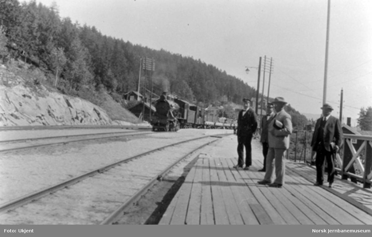 Hen stasjon etter utvidelsen, bl.a. med ny mellomplattform og godstog i spor 2