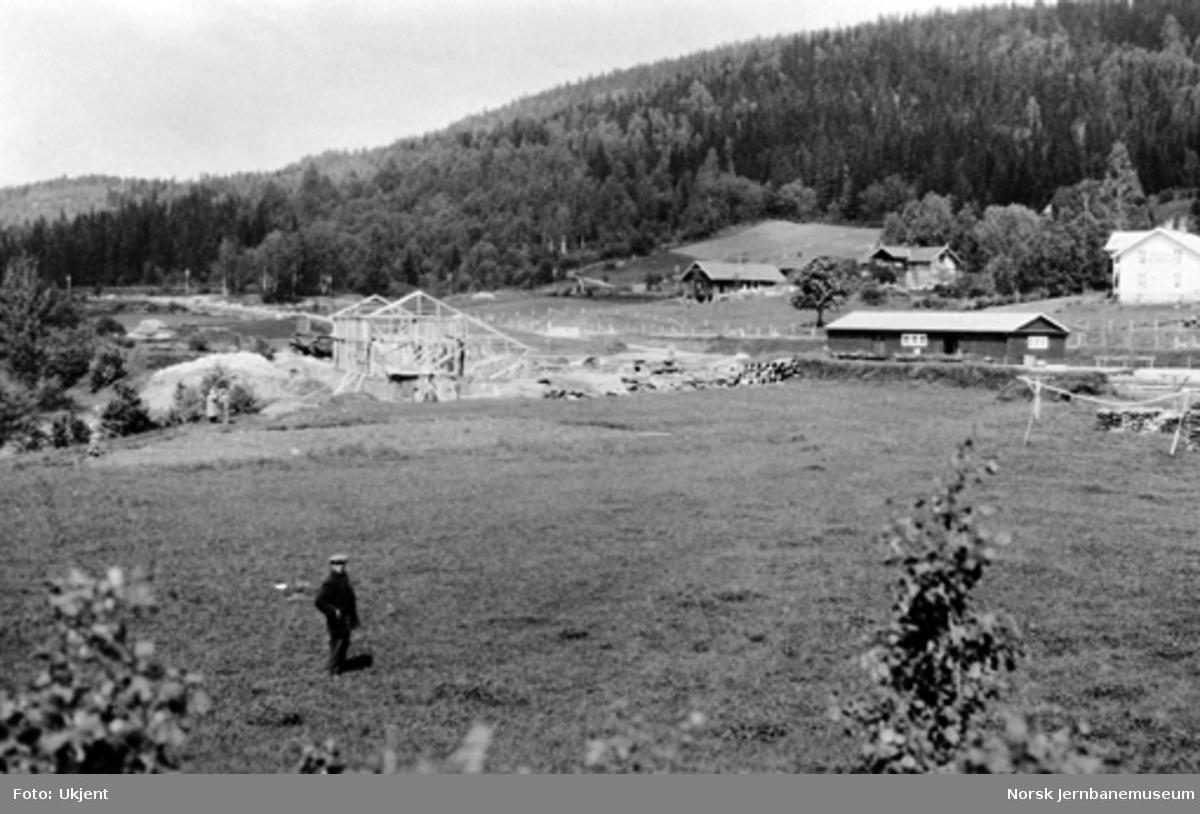 Sperillen stasjonsområde med lokstall under bygging og godshus, sett fra Finsandodden