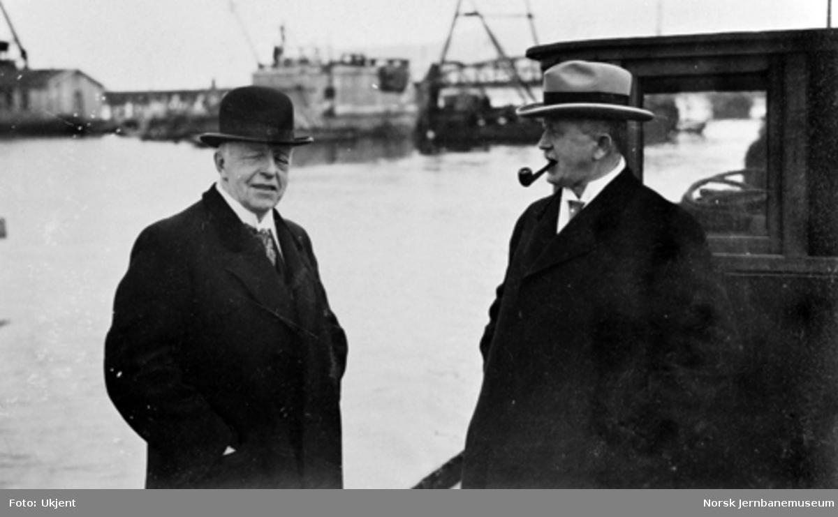 Bru over Drammenselva : To herrer i båt