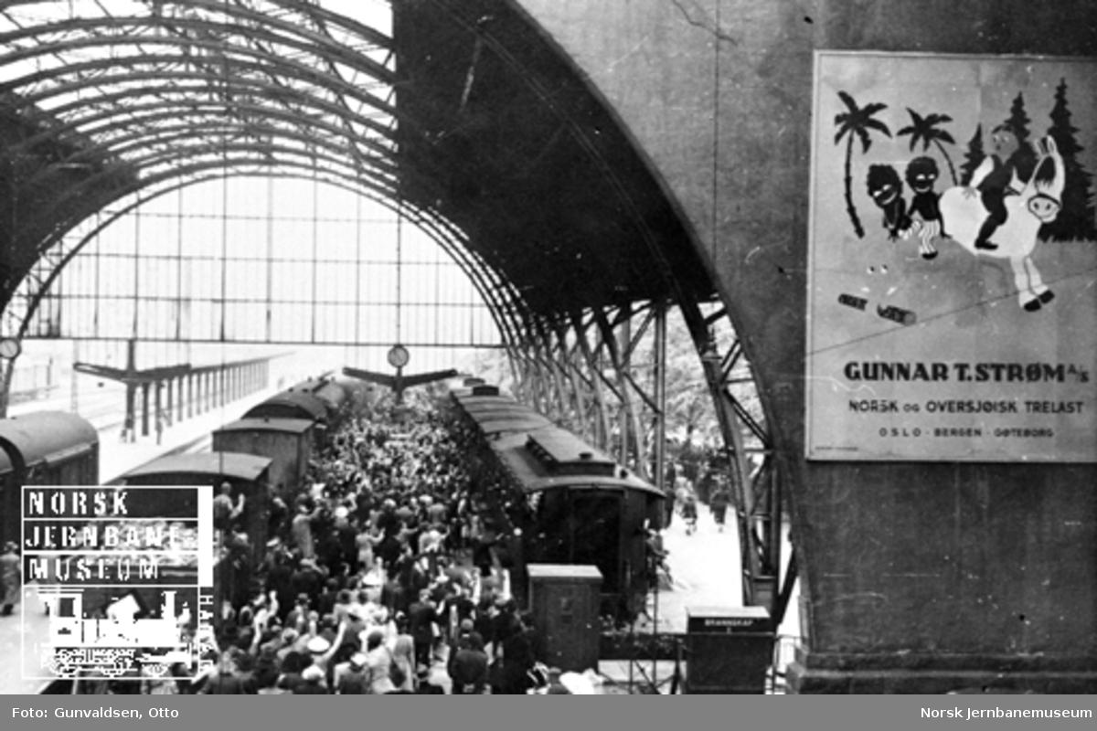 Toghallen på Bergen stasjon mai 1945, hvor nordmenn som hadde sittet i tysk fangenskap kom tilbake