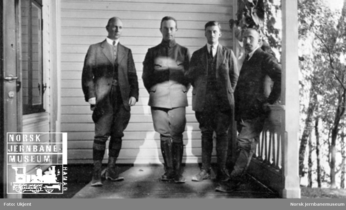 """Smørstein-raset; gruppebilde i """"Trollstua"""" med ass.ing. Apenes, ing.løytnant Sunde, ass.ing. Nyhus og avd.ing. Fogth"""