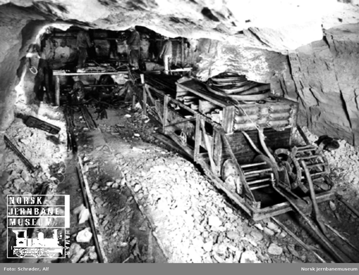 Medjå tunnel : tunnelborere og en boresøyletralle under arbeid