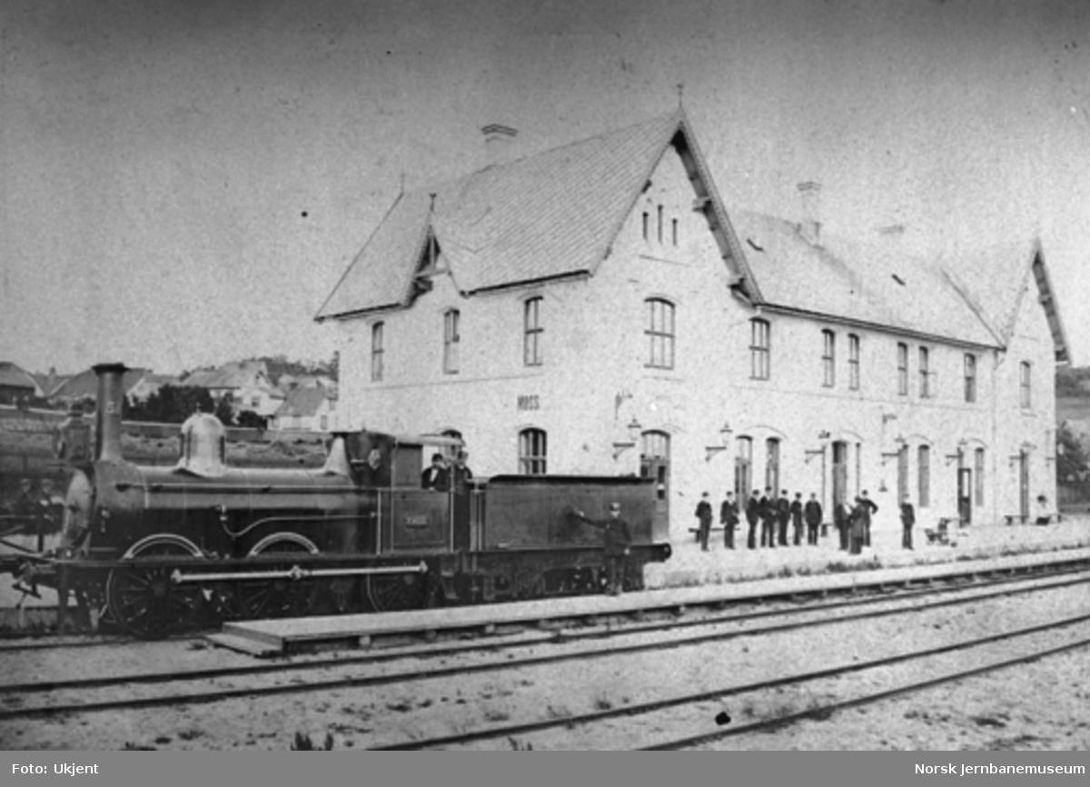 """Moss stasjon med damplokomotiv type 10 nr. 51 """"Ymer"""""""