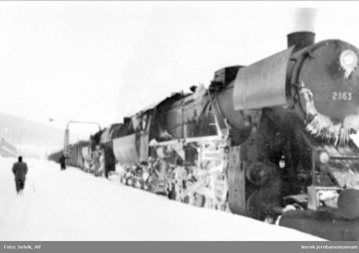 """Damplokomotivene i godstog 5771, to """"stortyskere"""", tar vann på Majavatn"""